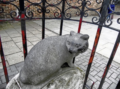 By Duncan Harris from Nottingham, UK - Dick Whittington's Cat, CC BY 2.0, https://commons.wikimedia.org/w/index.php?curid=21254552